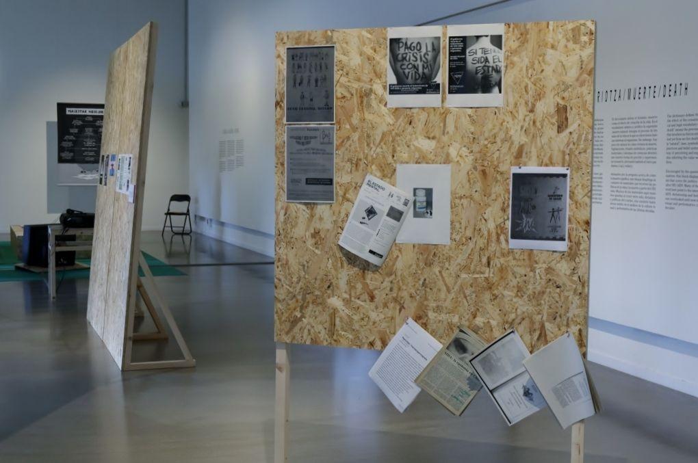 """Vista de la sección """"Muerte"""", de la muestra Anarchivo Sida, en Tabakalera, San Sebastián, España, 2016. Cortesía: Equipo re"""