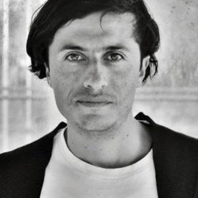 El curador Rodolfo Andaur habitualmente trabaja con el tema de identidad, poniendo en valor las culturas regionales que tienen poca visualización dentro del centralismo chileno