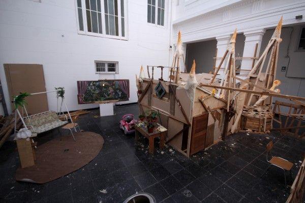 Vista de la exposición/instalación/obra en proceso El castillo de la Pureza, de Cociña y León, en el MAC Quinta Normal, Santiago, 2014. Cortesía de los artistas