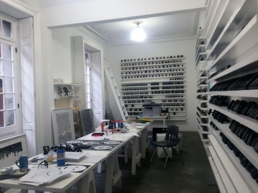 Vista del taller de Carlos Amorales.