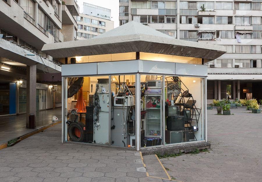 Vista del proyecto Vaciar y Llenar. Lo incesante del ciclo, del Colectivo KAUM, en Galería Tajamar, Santiago de Chile, 2017. Cortesía: Galería Tajamar
