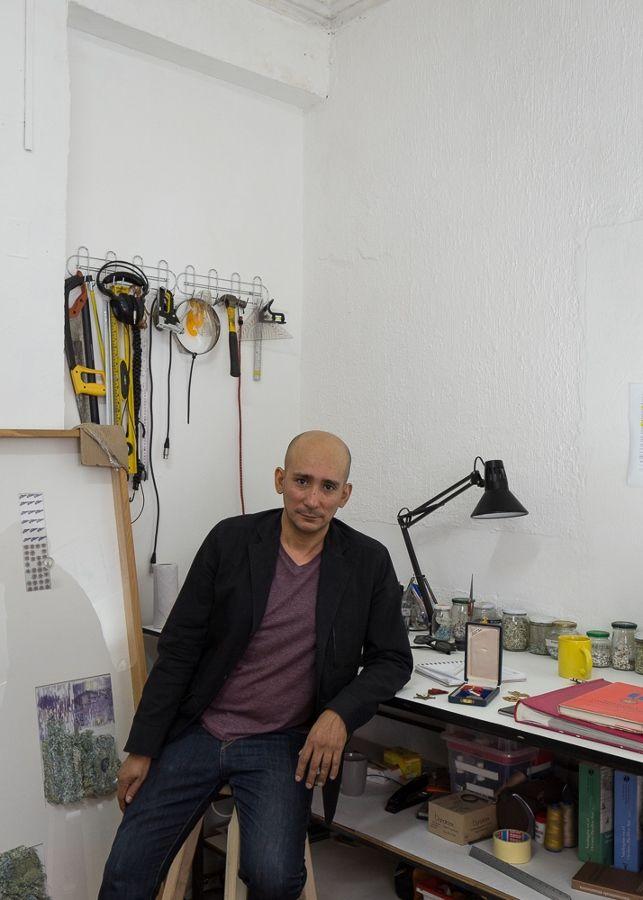 Claudio Correa en su taller por Felipe Ugalde
