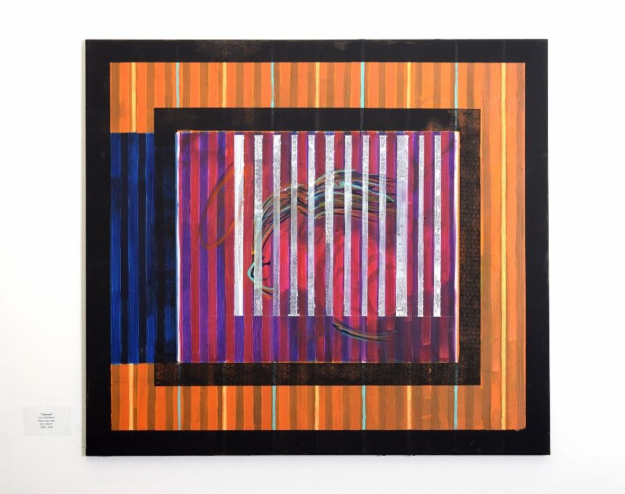 Joe Villablanca, Televisor, 2016, óleo sobre tela, 90 x 100 cm. Vista de la exposición en la galería del Centro de Extensión de la Universidad Católica de Santiago de Chile, 2017. Foto: ionlab.co