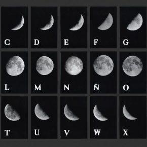 Leandro Katz, Alfabeto Lunar I, 1978. Mural, 27 fotografías en blanco y negro. Cortesía: Tabacalera, Madrid