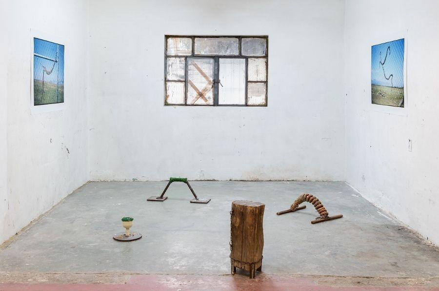 """Vista de la exposición """"Caída libre"""", de Miguel Calderón, en el espacio offsite de kurimanzutto, Ciudad de México, 2017. Foto cortesía de la galería"""