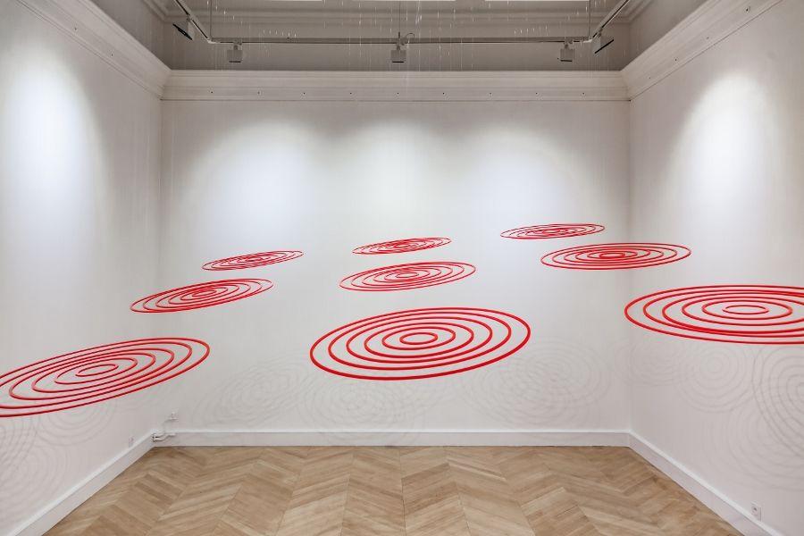 Elias Crespin, Circular inception, 2016. Plexiglas (9 Circuconcéntricos de 60 cm ø c/u), instalación 2,5 x 2,5 m. Cortesía del artista