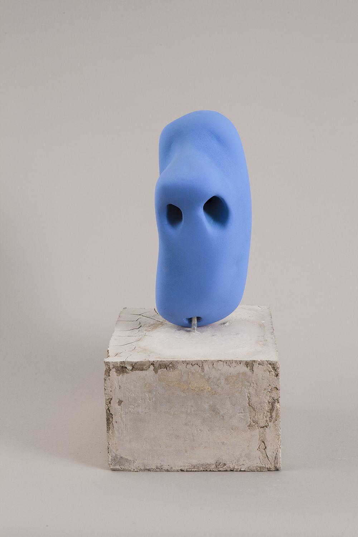 Cristina Tufiño, Anselmo, 2015, porcelana, plinto de cemento. Cortesía: Galería Agustina Ferreyra, San Juan, Puerto Rico