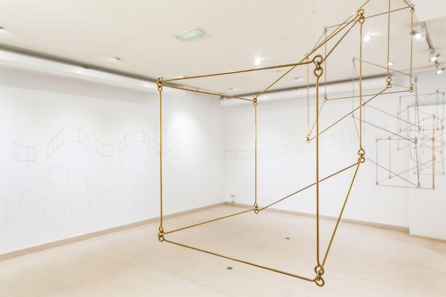 Elias Crespin, Solitons cubiques cuivre, inox, laiton, 2016, cobre, acero inoxidable, latón, 20 x 20 x 380 cm cada uno. Cortesía del artista