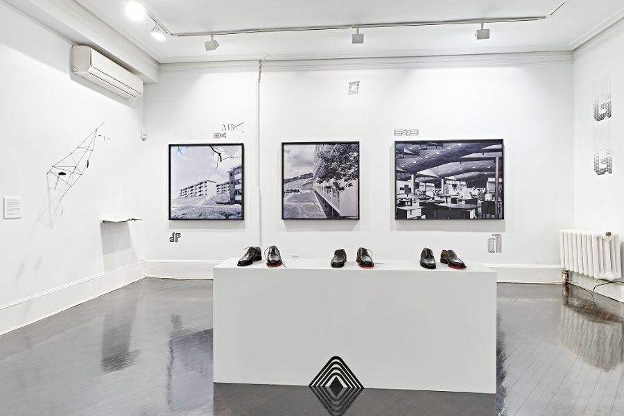"""Vista de la exposición """"Autocratic Nostalgia: Venezuelan Contemporary Landscapes"""", de Alessandro Balteo-Yazbeck, en Henrique Faria, Nueva York, 2017. Cortesía de la galería"""