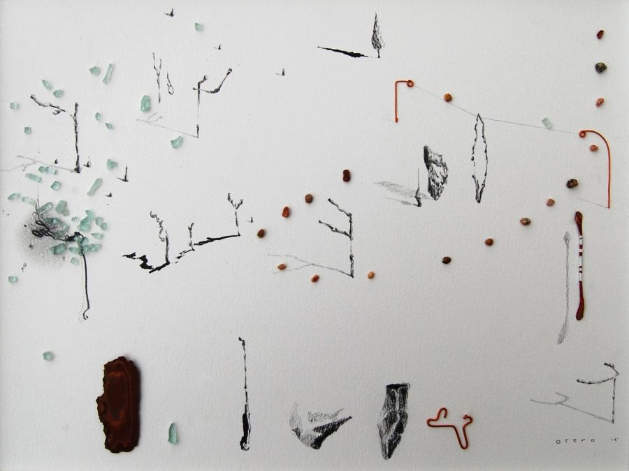 Javier Otero, Sin título., 2016, carbón y objetos sobre papel, 32 x 44 cm. Cortesía del artista