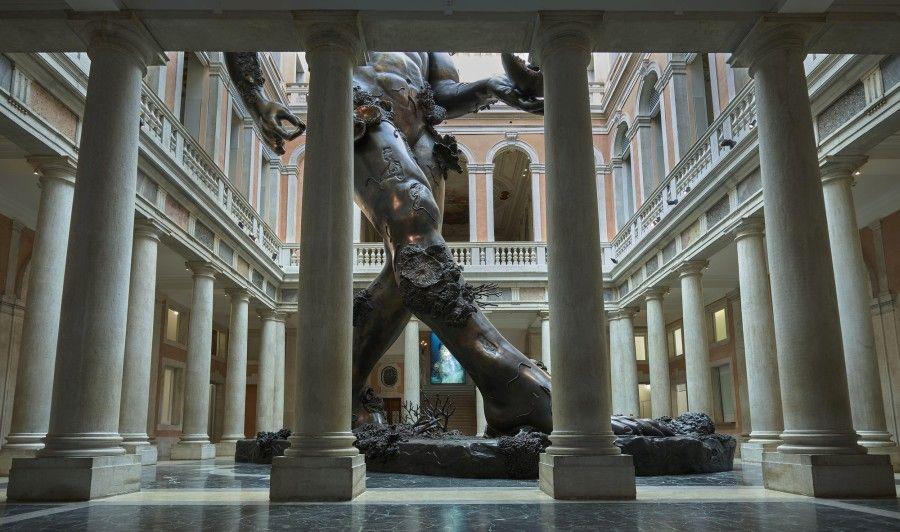 Damien Hirst, Demon with Bowl (Exhibition Enlargement). Palazzo Grassi. Foto: Prudence Cuming Associates © Damien Hirst and Science Ltd. Todos los derechos reservados, DACSSIAE 2017