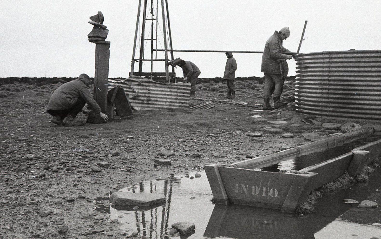 Travesía de Amereida, 2 de Agosto de 1965. Molino camino a Piedrabuena. Foto: © Archivo Ciudad Abierta / Corporación Cultural Amereida