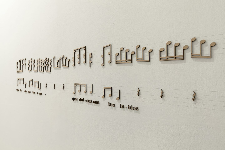 Sandra Nakamura, Qué lindos son tus ojos, 2017, cuerdas de rafia, 28 cajas de resonancia electroacústica. Vista de la exposición en Wu Galería, Lima. Foto: Eduardo Hirose