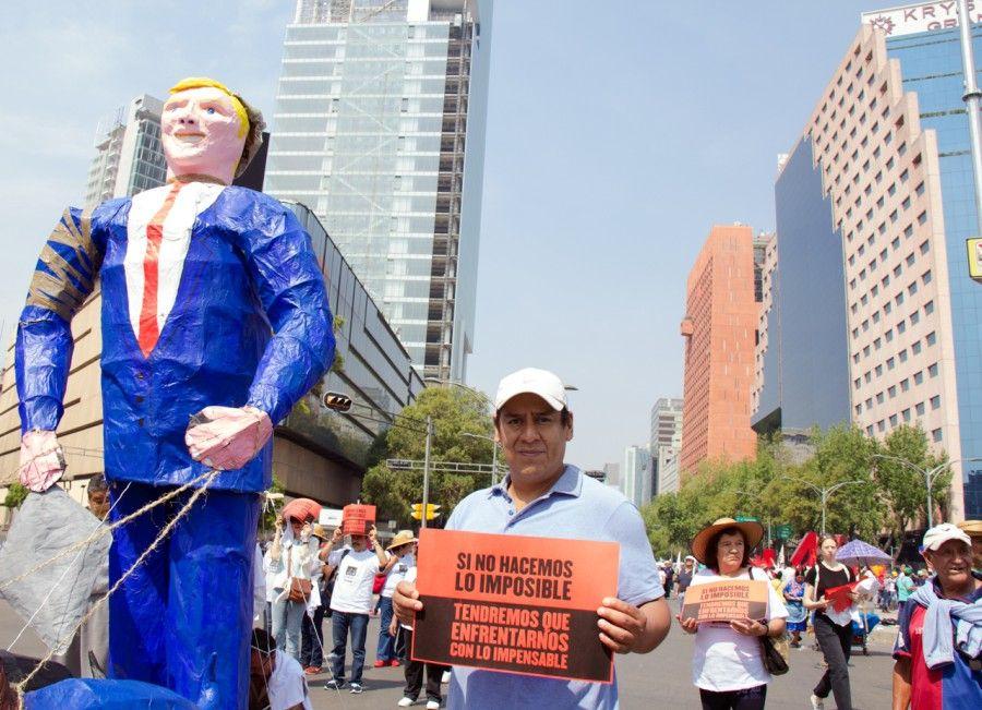 Minerva Cuevas, Paro general. Acción durante la marcha del 1° de mayo, Ciudad de México, 2017. Foto: Claudia Espinosa. Cortesía: kurimanzutto