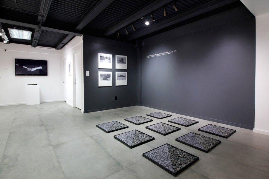 Pieza del colectivo Hexágono en la exposición El objeto y la imagen (esto tampoco es una silla), curada por el colectivo Aluna en Concrete Space Projects, Doral, Miami. Foto: cortesía de la galería.