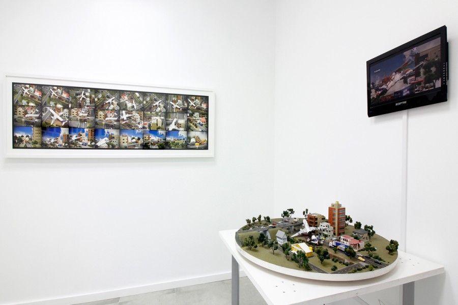 Piezas de Néstor Arenas en la exposición El objeto y la imagen (esto tampoco es una silla), curada por el colectivo Aluna en Concrete Space Projects, Doral, Miami. Foto: cortesía de la galería.