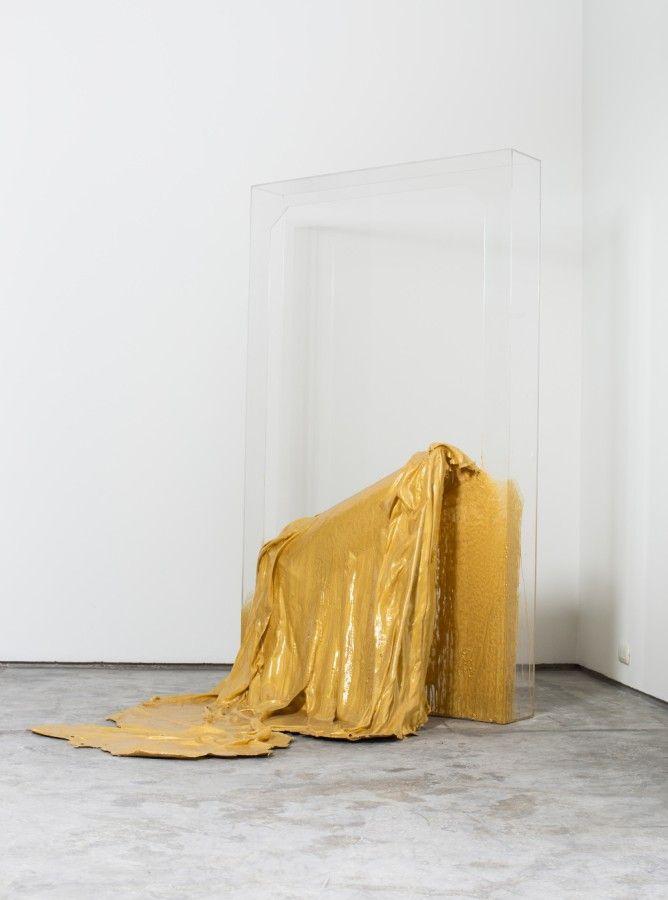 María Inés Agurto Hormazábal, Portal. Resina con pigmento dorado, tela y acrílico, 1.85 x 1.10 x 1.40 mts. Foto: Renzo Giraldo