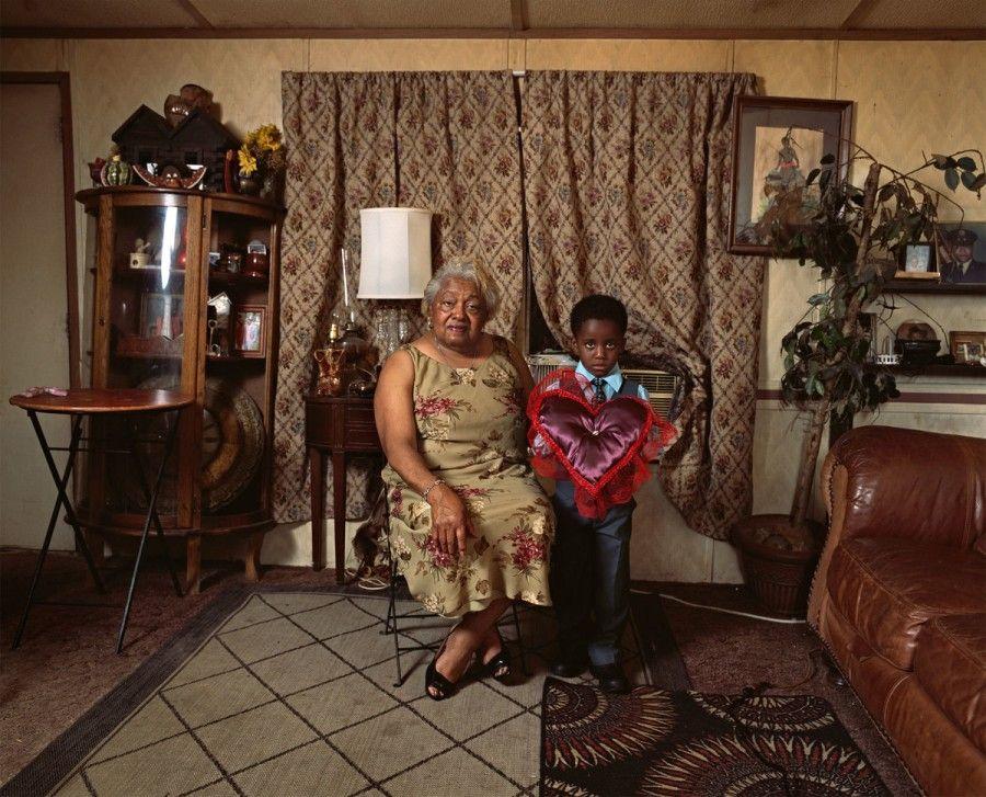 Deana Lawson, Ring Bearer, 2016, impresión a inyección de tinta, 109.2 x 137.2 cm. Colección de la artista. Cortesía: Rhona Hoffman Gallery, Chicago, y Sikkema Jenkins & Co., Nueva York
