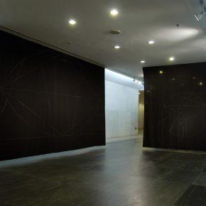 Felipe Mujica, No State, 2008, Tela e hilo de coser. Dimensiones variables. Instalación en la Tercera Trienal de Gaungzhou, Museo de Arte de Guangdong, Gaungzhou. Cortesía del artista