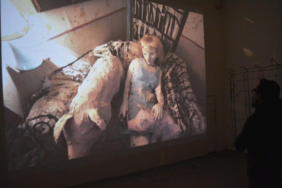 """Vista de la exposición """"La casa Lobo"""", de León y Cociña, en el Centro Cultural Matucana 100, Santiago de Chile, 2017. Foto: Javiera Gaete"""