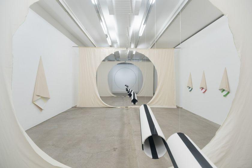 """Jarbas Lopes, vista de la exposición """"Circulovisão"""" en la galería Luisa Strina, Sao Paulo, 2017. Foto: Edouard Fraipont. Cortesía de la galería"""