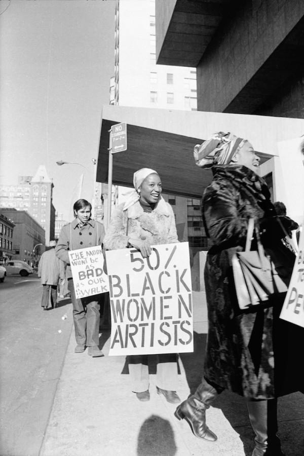 Jan van Raay (EEUU, 1942). Faith Ringgold (derecha) y Michele Wallace (medio) en la protesta de la Coalición de Trabajadores de Arte, Whitney Museum, 1971. Impresión digital. Cortesía de Jan van Raay, Portland, OR, 305-37. © Jan van Raay