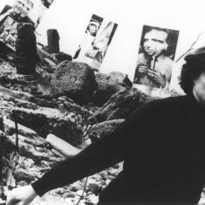 Liliana Maresca en la Costanera Sur con los paneles de la exposición Imagen pública - Altas esferas, 1993. Fotografía: Ludmila. Archivo Liliana Maresca