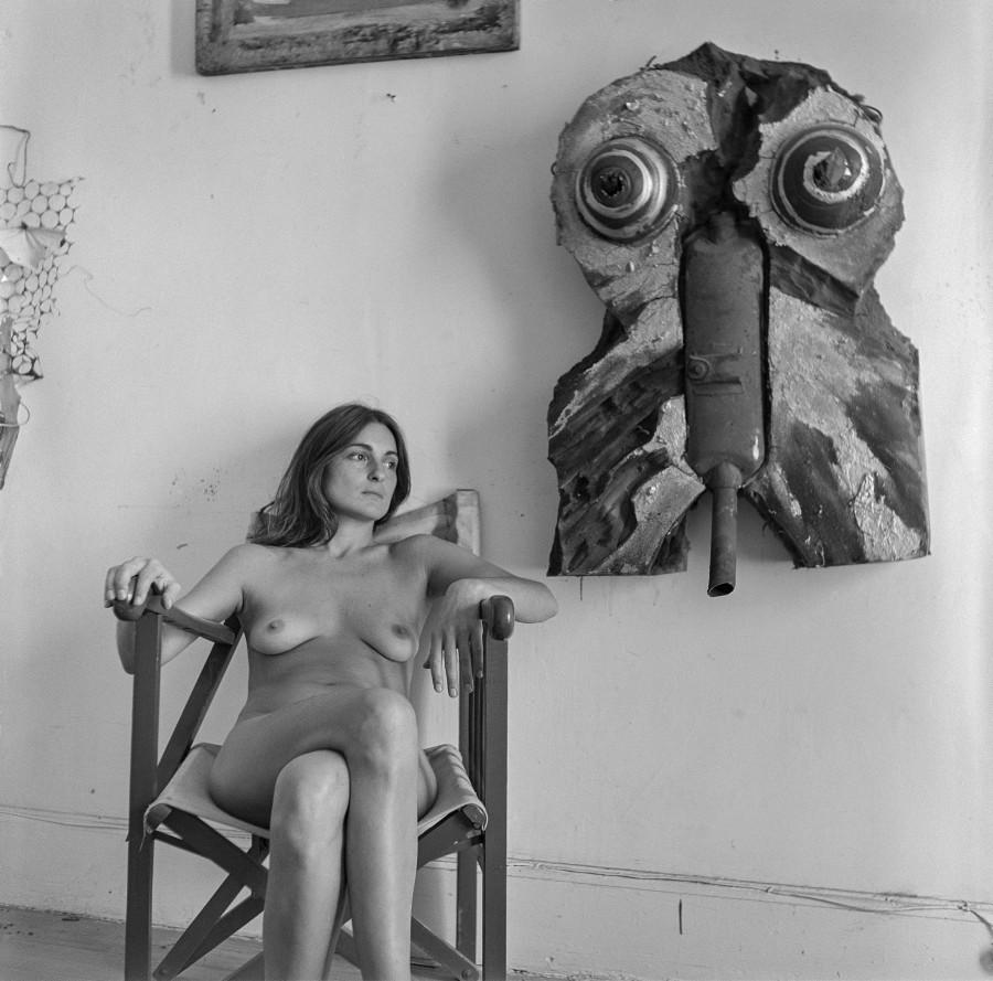 """Sin título, de la serie """"Liliana Maresca con su obra"""", 1983. Fotoperformance. Fotografía: Marcos López. Imagen: Archivo Liliana Maresca"""