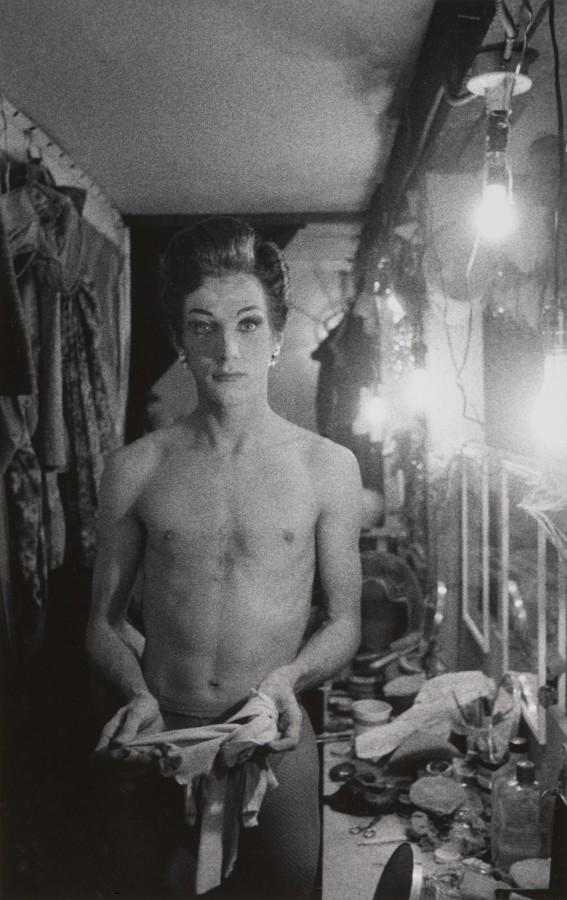 Diane Arbus, Transformista con guantes largos, Hempstead, Long Island 1959. Impresión en gelatina de plata. The Metropolitan Museum of Art © The Estate of Diane Arbus, LLC. Todos los derechos reservados