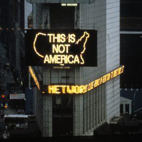 Logo for America, de Alfredo Jaar. Foto: cortesía Errante Producciones.