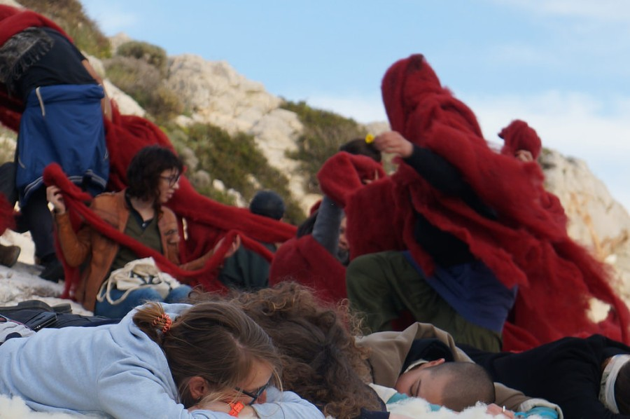 Cecilia Vicuña, performance, cerca de Atenas, Grecia. Foto: Manuel Sanfuentes