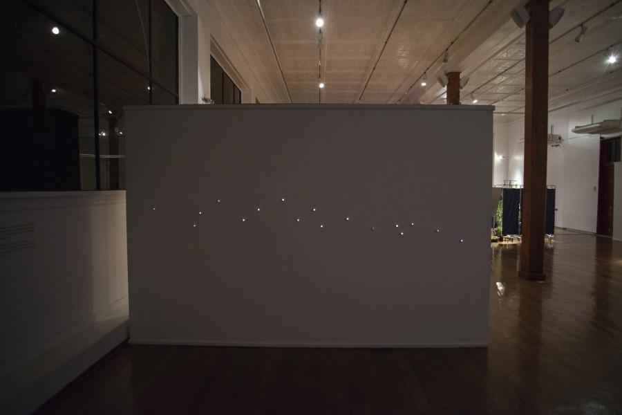"""Sebastián Rojas, """"Altura de miras"""". Vista de la exposición """"Ven a mi casa"""", parte de En el marco de SACO6, Centro Cultural Estación Antofagasta, 2017. Foto: Cristián Ochoa"""