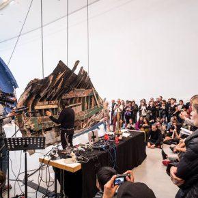 Performance de Guillermo Galindo (México) en Documenta 14, Kassel. Foto: Mathias Voelzke