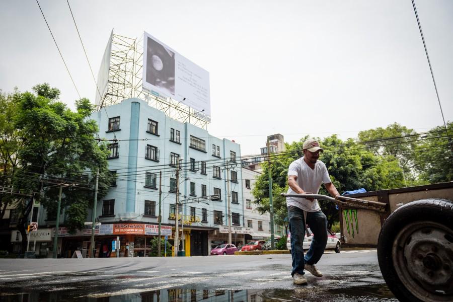 """Vista del espectacular publicitario """"Sesiones del Café La Habana"""", de Patti Smith, 2017. Cortesía de la artista y kurimanzutto, Ciudad de México. Foto: P.J Rountree"""