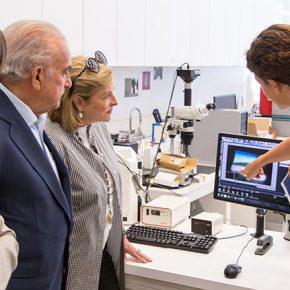 Patricia y Gustavo Cisneros y Ainhoa Grandes Massa visitando el Departamento de Ciencias el Getty Conservation Institute. Cortesía: CPPC