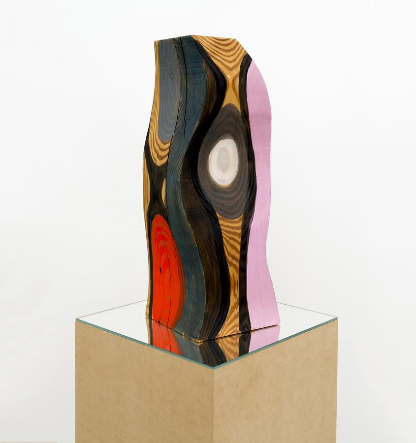 Josephine Meckseper, Sin título, 2013. Acrílico sobre madera, 56.5 × 21.6 × 21.6 cm. Vista de la exposición en Proyectos Monclova, Ciudad de México, 2017. Cortesía de la galería