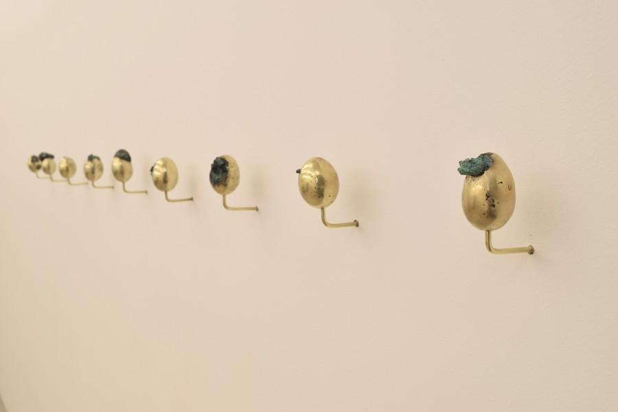 Cristián Salineros, Ovo Error, 2017, bronce, 6.5 x 5 cm de diámetro c/u. Cortesía del artista, Galería El Museo y Galería Patricia Ready