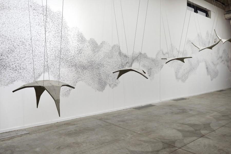 Héctor Zamora, Synclastic/Anticlastic, 2010. Vista de la instalación en La Sucrière. Cortesía del artista, Biennale de Lyon 2017 y LABOR (México). Foto: ©Blaise Adilon