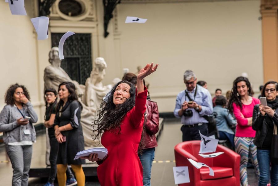 Performance de la artista Janet Toro en la Editatón de Mujeres Artistas para Wikipedia, en el Museo Nacional de Bellas Artes, 2017. Foto: Juan Ignacio Hernández/CNCA