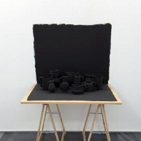 Grey Table (2017), instalación parte de la muestra Setting the Record Straight (Dejando constancia de la medida correcta) de Miguel Ángel Gaüeca en Galería Espacio Mínimo, Madrid. Foto: cortesía de la galería.