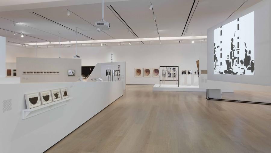 """Vista de la exposición Radical Women: Latin American Art, 1960-1985. Sección """"Performing the Body"""". Hammer Museum, Los Angeles, 2017. Foto: Brian Forrest"""