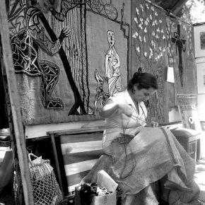 Mario Guillard retrata a Violeta Parra bordando en la Feria Artes Plásticas del Parque Forestal de 1960. Cortesía: Archivo Central Andrés Bello.