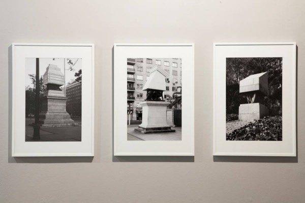 Vista de la exposición Monumento Editado, de Andrés Durán, en Galería Gabriela Mistral, Santiago de Chile, 2014. Cortesía: GGM