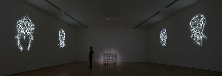 No es Che, es Félix (2017), No es Che, es Felicia (2017), LCEDP (2014), No es Che, es Isabel (2017) y No es Che, es Simón (2017) de Los Carpinteros, parte de su muestra La cosa está candela en el Museo de Arte Miguel Urrutia en Bogotá. Foto: Daniel Martín Corona; cortesía de Galería Peter Kilchmann, Zurich.