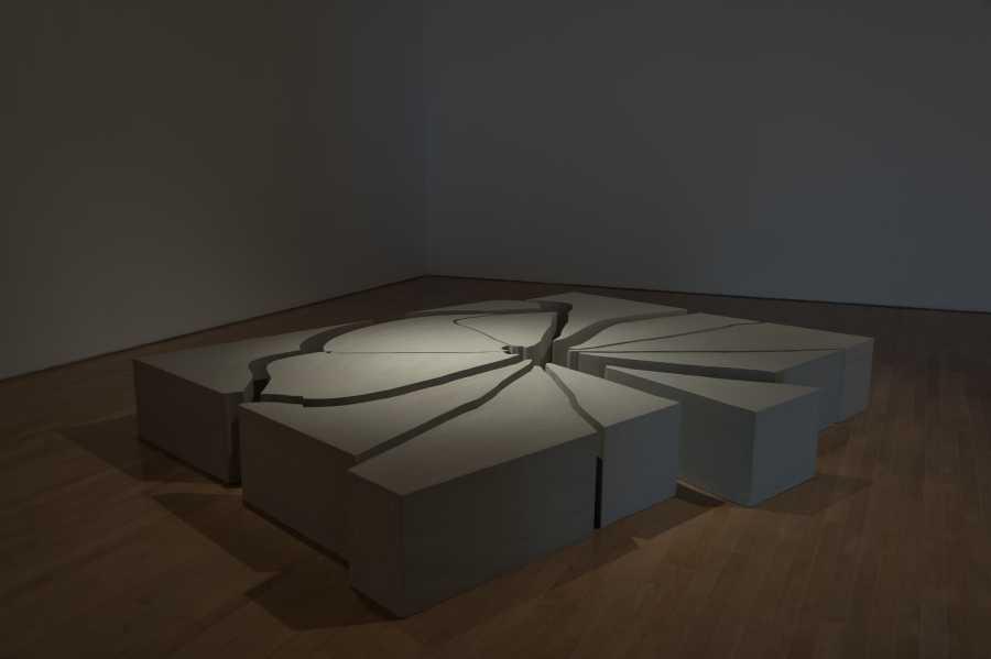 Concreto Roto (2006) de Los Carpinteros, parte de su muestra La cosa está candela en el Museo de Arte Miguel Urrutia en Bogotá. Foto: Daniel Martín Corona; cortesía de Los Carpinteros.
