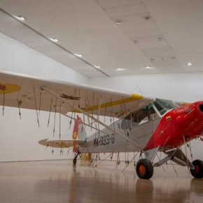 Avión (2011) de Los Carpinteros, parte de su muestra La cosa está candela en el Museo de Arte Miguel Urrutia, Bogotá. Foto: Daniel Martín Corona; cortesía de Fortes D' Aloia & Gabriel, Sao Paulo.