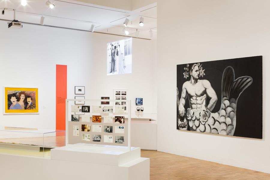 """Vista de la exposición """"Axis Mundo: Queer Networks in Chicano L.A."""", en MOCA, Los Ángeles, 2017. Cortesía: The Museum of Contemporary Art, Los Angeles. Foto: Zak Kelley"""