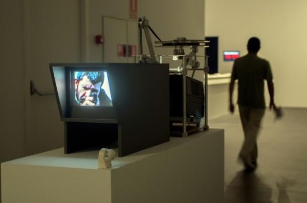 """Rabih Mroué, """"Eye"""" vs """"Eye"""" (""""Ojo"""" versus """"ojo""""), 2012, cuarta parte de la serie The Fall of a Hair, película de 16mm, Instalación producida por dOCUMENTA (13) Foto Andrs Arranz"""