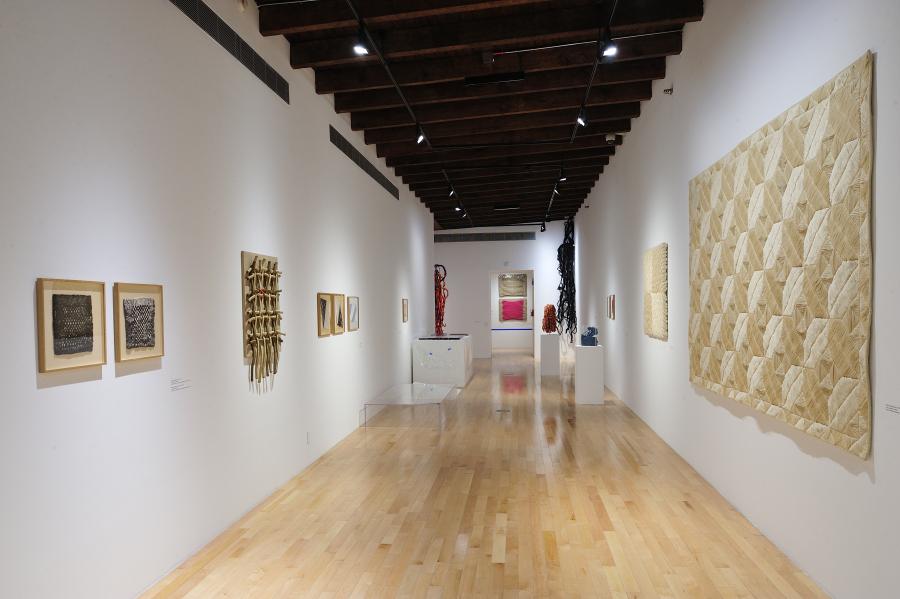 Vista de la exposición de Sheila Hicks en el Museo Amparo, Puebla, México, 2017. Foto cortesía del museo