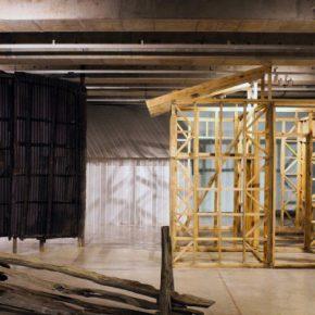 Vista de la exhibición Housing in Amplitude,deSebastián Preece y Olaf Holzapfel,en el MAC. Foto: Lily Elizondo